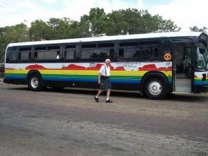 Autobus stojící s otevřenými dveřmi