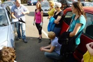 žáci autoškoly s učitelem
